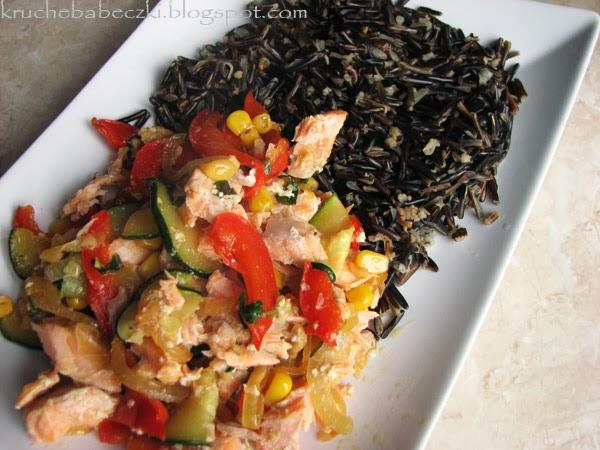 Ryż dziki z łososiem i warzywami