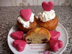 Valentin napi muffinok recept, csokoládé pöttyökkel, tejszínhabbal, valamint rózsaszínű, szív alakú csokoládéval tálalva.