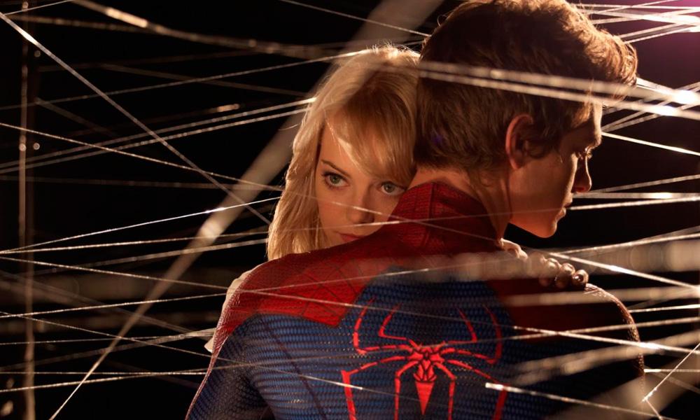 Cena do filme O Espetacular Homem Aranha (2012) onde Gwen Stacy repousa sua cabeça no ombro do herói enquanto teias cruzam o primeiro plano