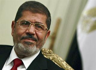 وقد عسكري يزور مرسي تمهيدا لعودته وتوبتهم  Murssi
