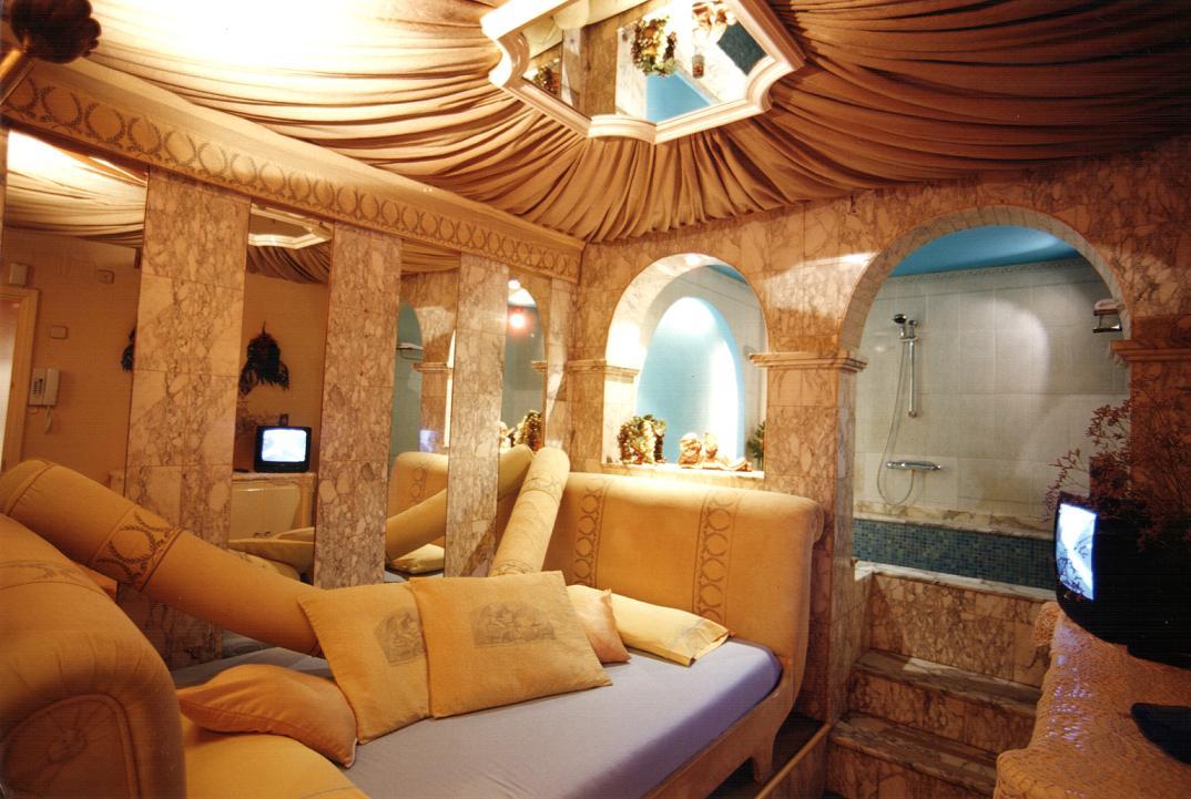 Hoteles con jacuzzi hotel 5 continentes barcelona for Hoteles con habitaciones cuadruples en barcelona