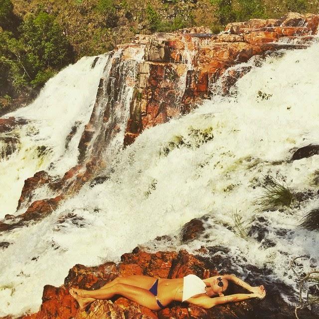 Thaila Ayala aproveitou o domingo para renovar as energias em meio à natureza e posou relaxando em uma cachoeira, na foto postada por ela no Instagram