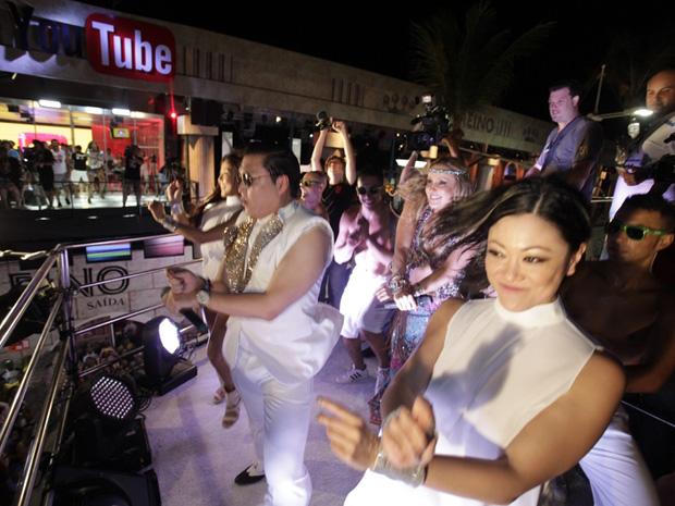 """Acompanhado de dançarinas, Psy dança o hit """"Gangnam Style"""" em trio elétrico de Claudia Leitte. Foto: Agência Fred Pontes"""