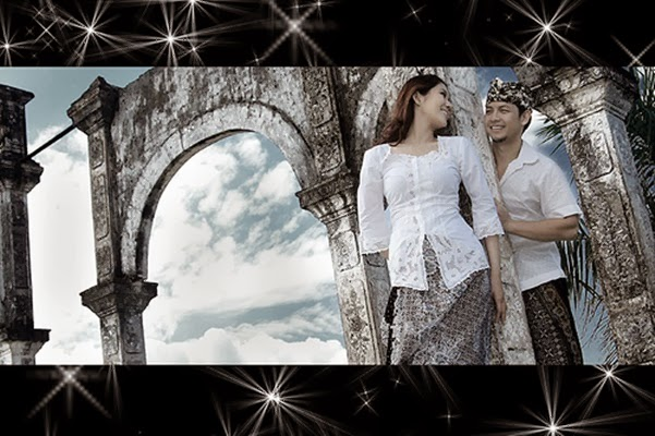 Pre Wedding dengan Background Candi atau Gerbang
