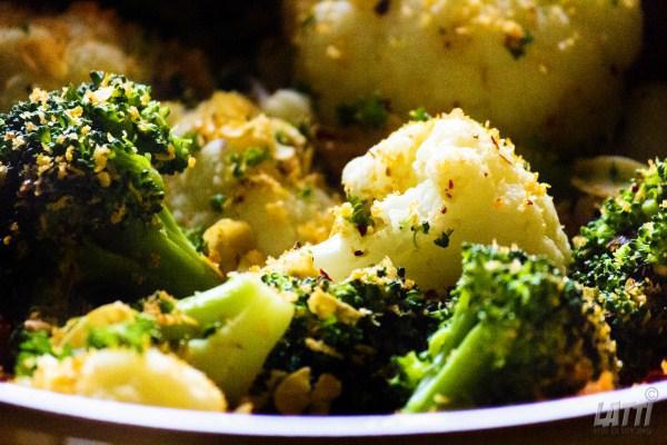 Bloemkool-broccolisalade met crumble