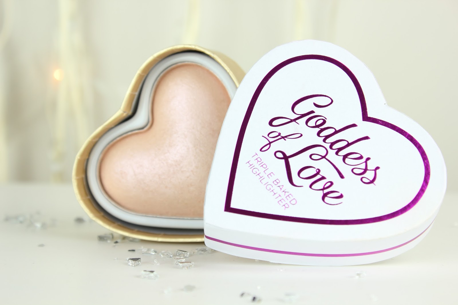 In this beautiful heart shaped box packaging we have a gorgeous iridescent pale champagne highlighter, triple baked to shimmery perfection.