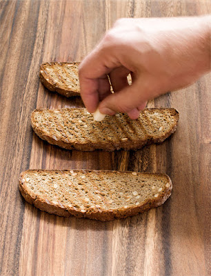 Mazanje s česnom po popečenih kruhkih