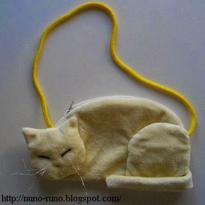 Lying cat pouch