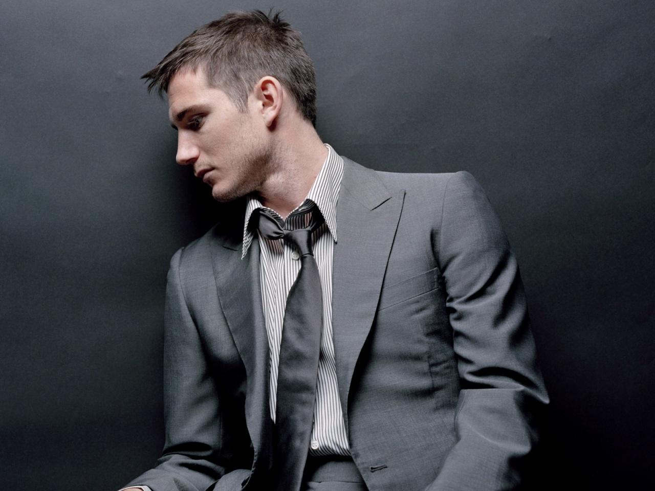 http://1.bp.blogspot.com/-wnbQXRtmfJI/TycgG_PjA9I/AAAAAAAAAL0/JHmCDVLqH08/s1600/man-in-grey-suit-wallpapers_11681_1280x960.jpg