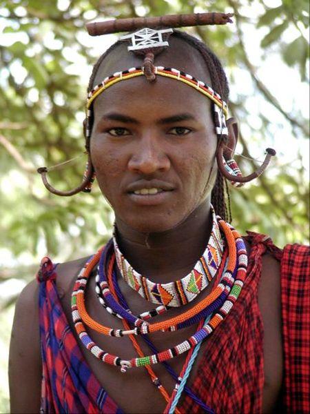 Bărbat din Kenya purtând bijuterii
