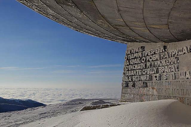 Monumento Buzludzha forma OVNI sovietico edificio