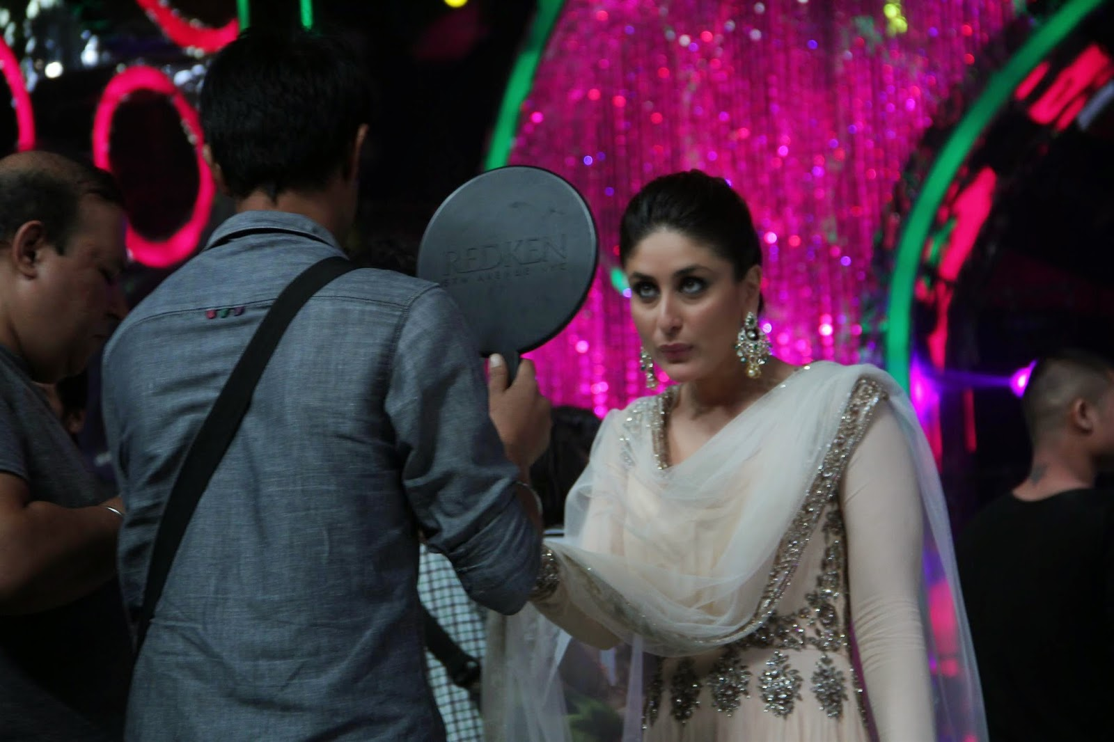 Kareena Kapoor Promotes her movie 'Singham Returns' On Jhalak Dikhhla Jaa 7