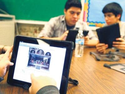 Beberapa pelajar di McAllen Memorial High School di Texas menggunakan iPad semasa di dalam kelas.