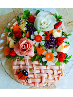 Салата с колбаси декорирана с цветя от зеленчуци, шунка и варени яйца