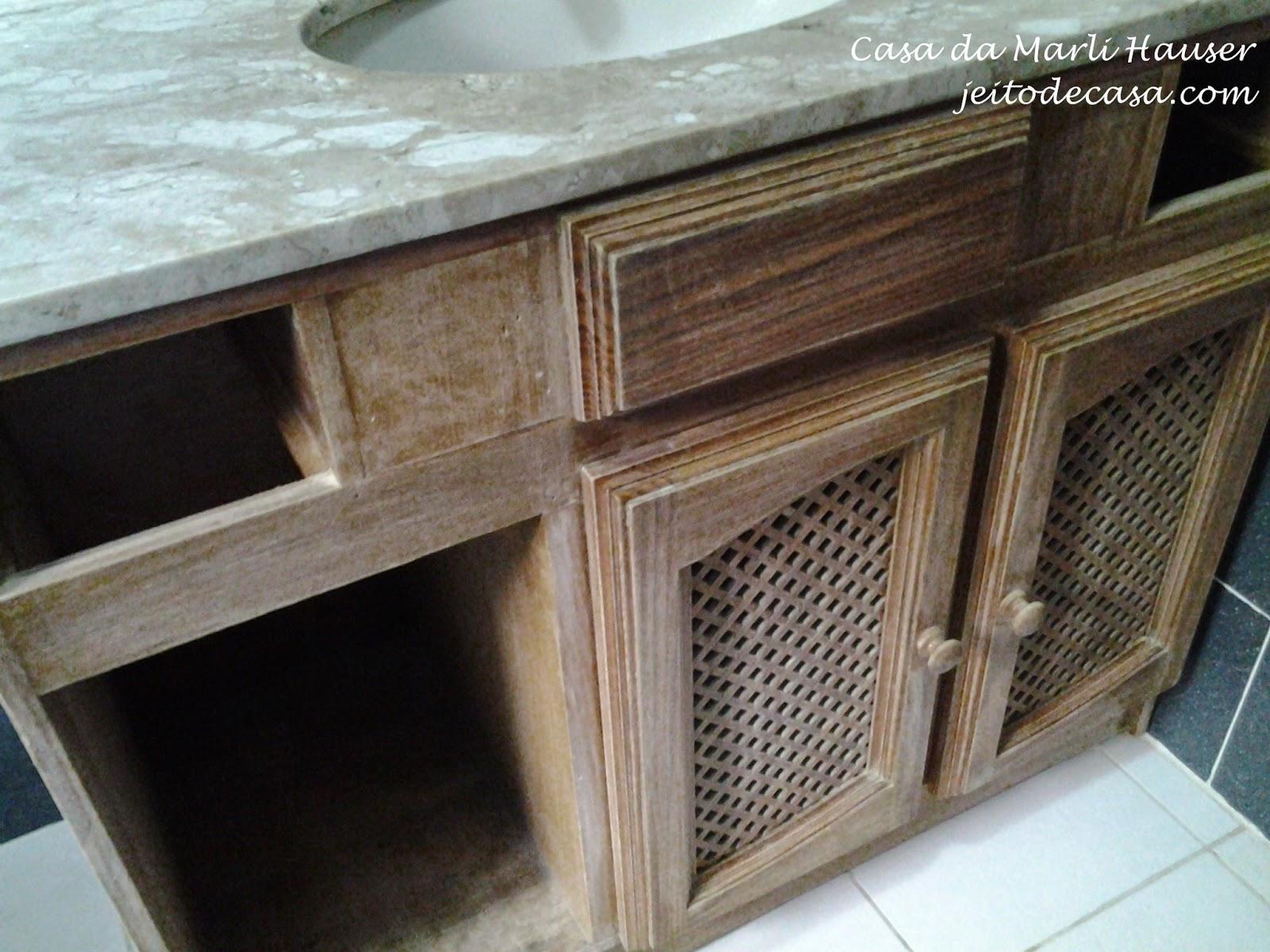 Antes de pintar os armários foram lixados para que a tinta tenha uma  #604A38 1600x1200 Armario Banheiro Antigo