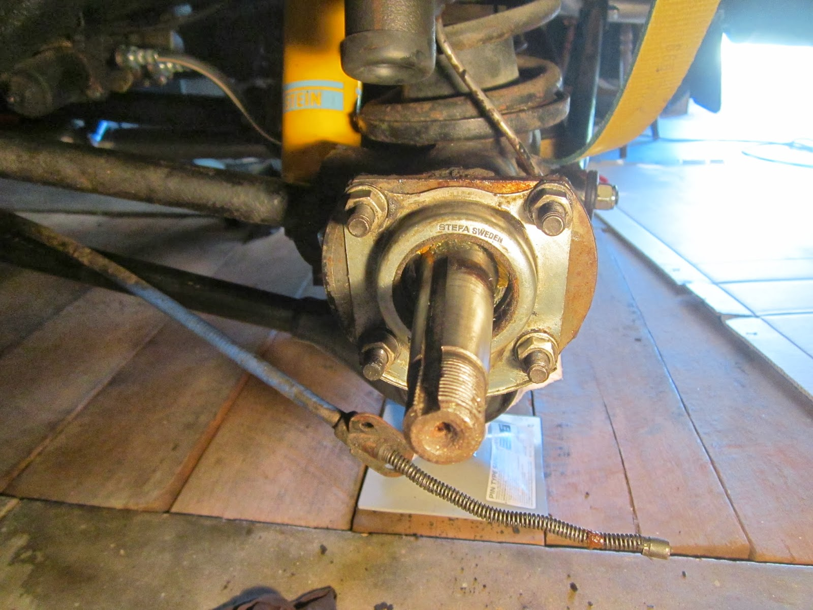 Using the retainer to press the outer wheel bearing back in place Volvo 122S