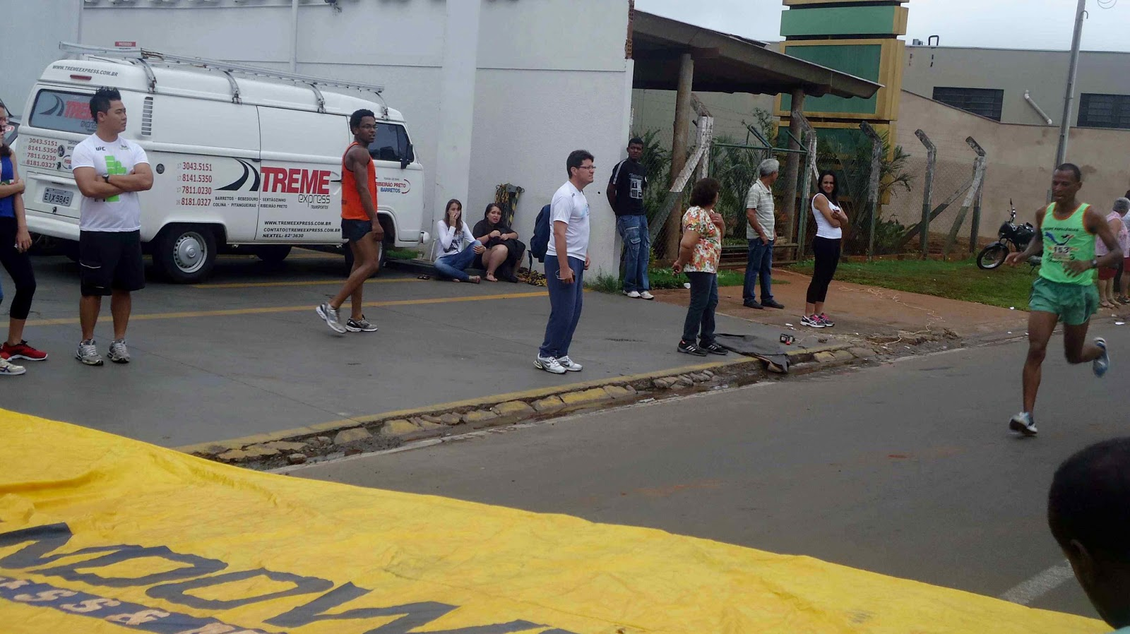 Foto 53 da 1ª Corrida Av. dos Coqueiros em Barretos-SP 14/04/2013 – Atletas cruzando a linha de chegada