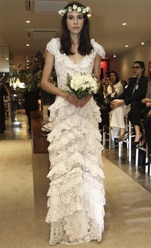 vestido de noiva com rendas artesanais e babados Martha Medeiros