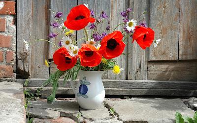 Florero con flores rojas