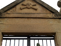 Detall de la portalada d'entrada del cementiri