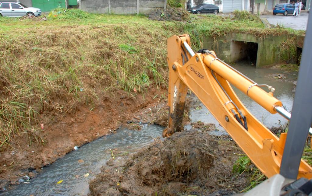 Desobstrução de galeria de águas pluviais no entroncamento das Ruas Filomena e Fileuterpe