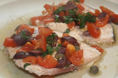 pesce spada con pomodorini, olive e capperi