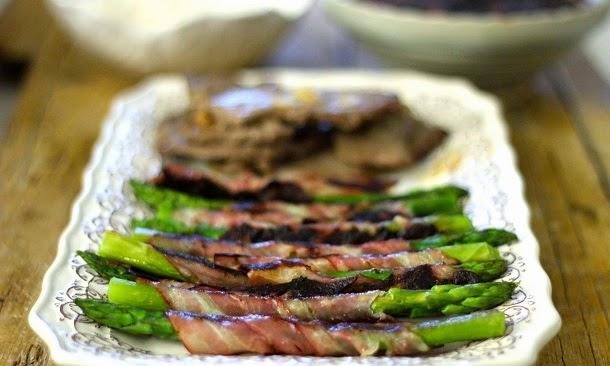 Receita de bifinhos com manteiga e alho, espargos com bacon e feijão preto