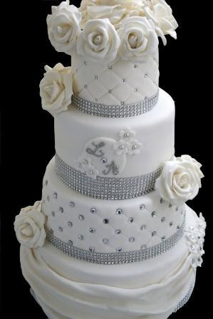 Gâteau de mariage blanc et argent diamant et roses