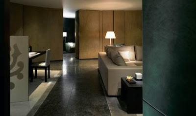 los muebles diseados por armani casa y fabricados para el hotel en diversos acabados ponen de relieve la atmsfera de la poca del palacio
