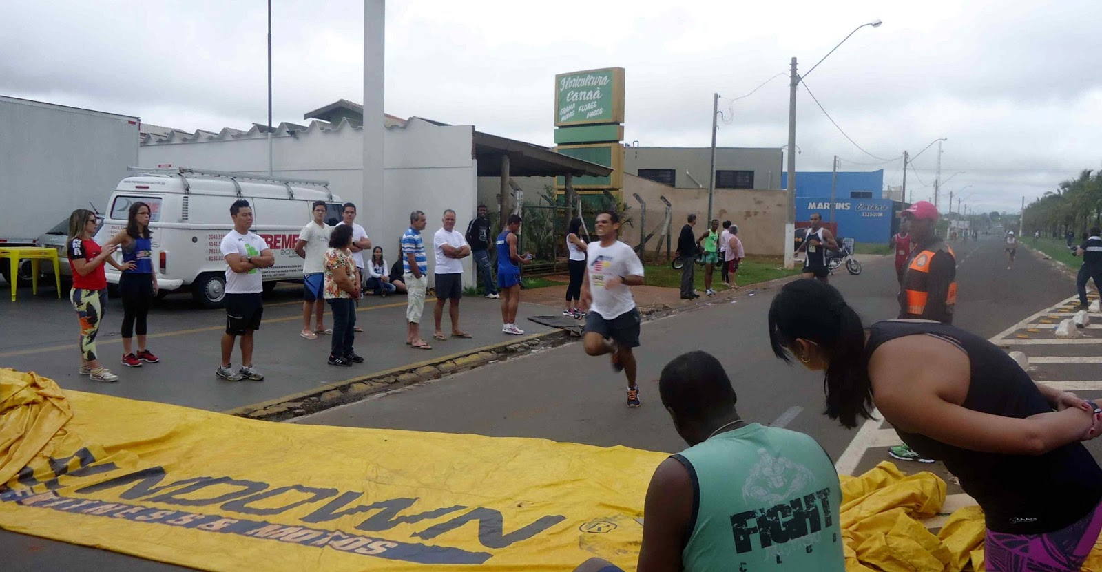 Foto 92 da 1ª Corrida Av. dos Coqueiros em Barretos-SP 14/04/2013 – Atletas cruzando a linha de chegada
