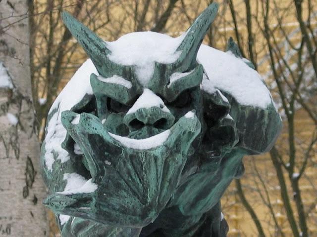 Trold der vejrer kristenblod - i snevejr ved Glyptoteket