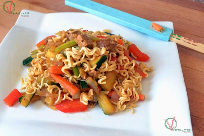 Noodles con verduras y chorizo vegano picante.