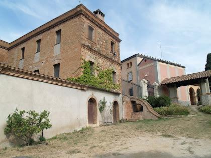Vista de llevant de la masia de Can Coll