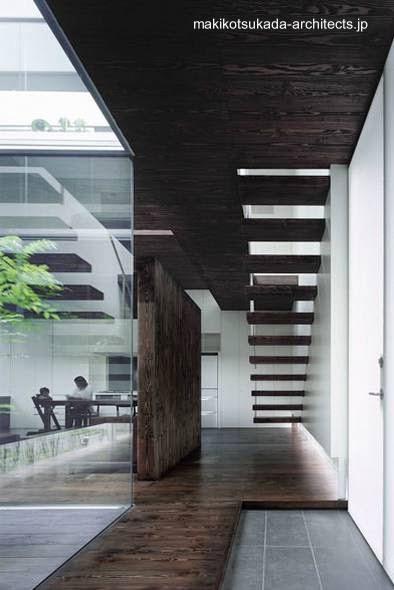 Escalera al nivel superior de la residencia japonesa