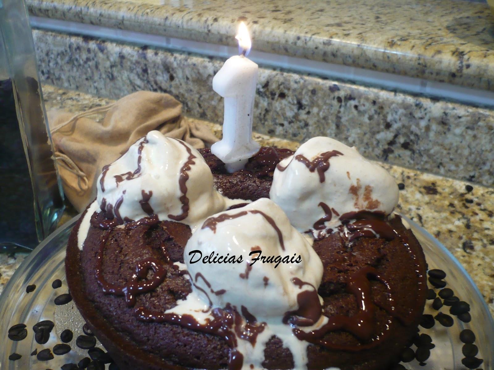Bolo de café e chocolate - Delícias Frugais 1º aniversario.