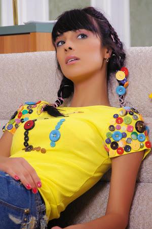 camiseta amarilla con botones decorativos