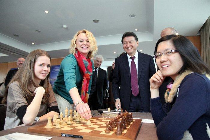Elena Timtchenko effectue le premier coup symbolique 1.e4 de la partie Kosinseva-Hou Yifan © Site officiel