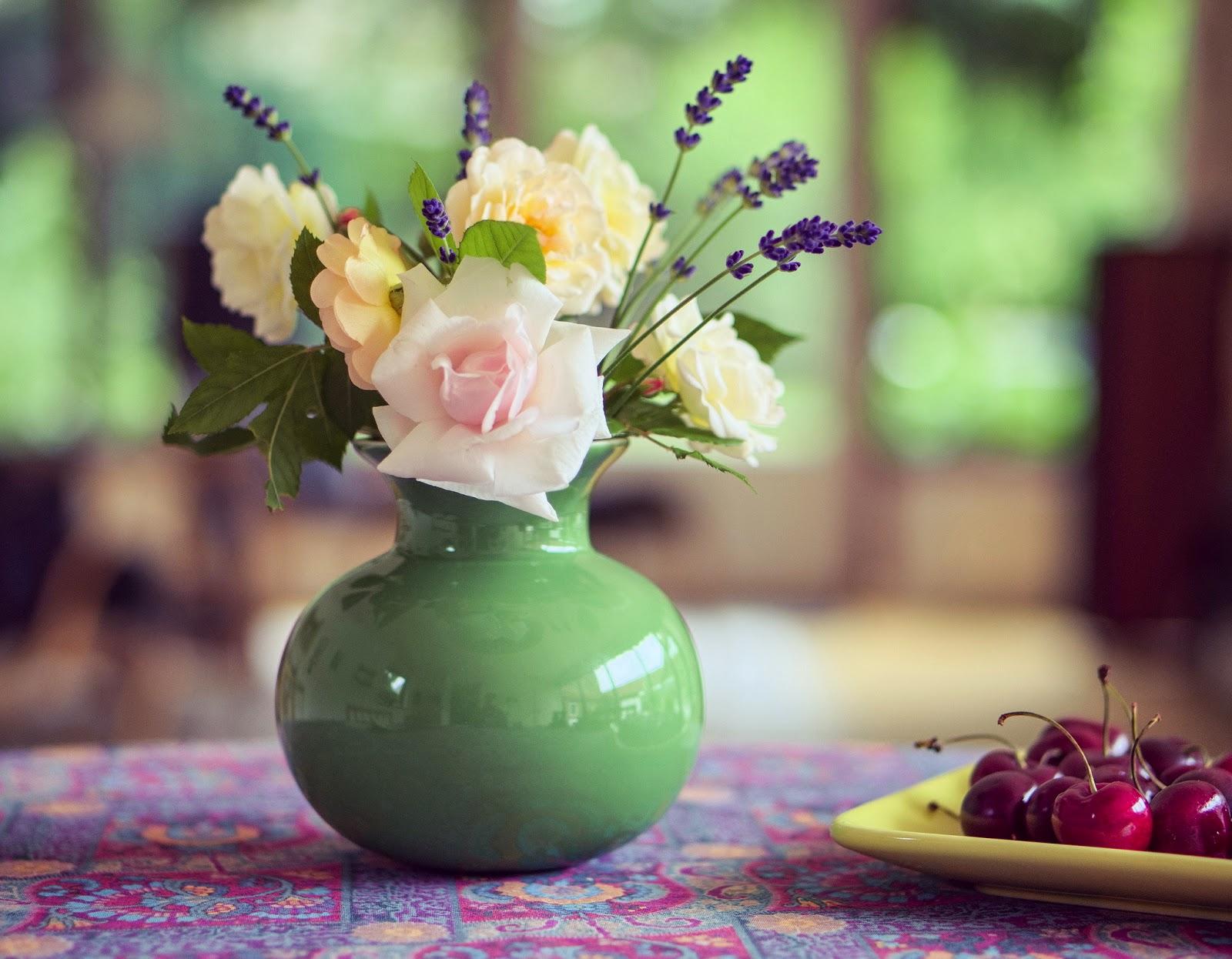 Зеленая ваза с цветами фото