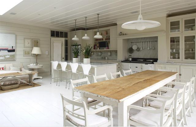 vista del ambiente de cocina acogedor en tonos blancos