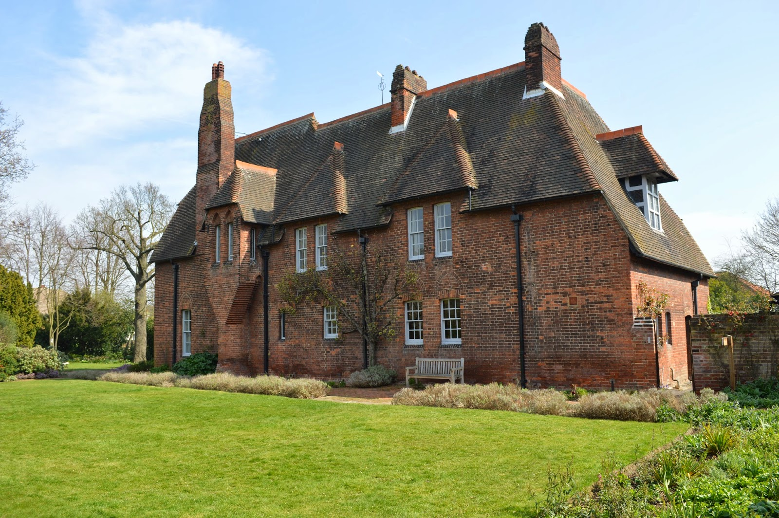 Red House, William Morris, property, Art and Crafts Movement, Philip Webb, architecture, building, National Trust, property, brick, PRB, pre-Raphaelite brothers, sunshine, gardens, flowers, daffodils, Spring, visit, Bexleyheath, London,
