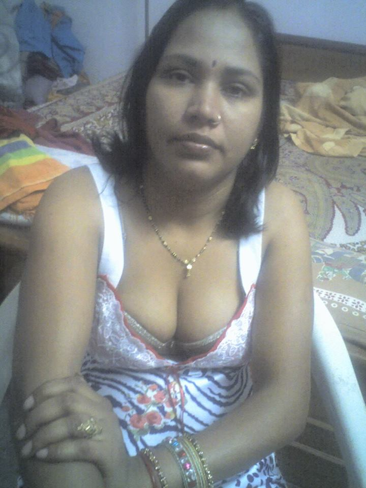 Desi Mallu Hot Aunties Sexy Cleavage And Boobs Photo