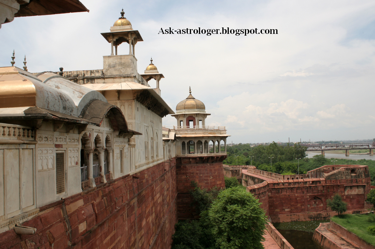 Why is the history of Agra Fort fascinating?