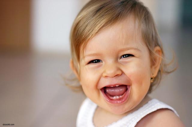 Image bébé rire aux éclats