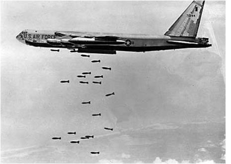 Bomber b52 beim bombenabwurf über vietnam