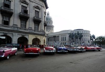 coches-americanos-antiguos-en-la-habana-cuba