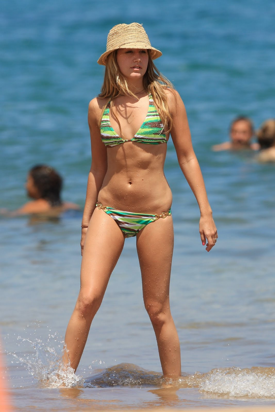 http://1.bp.blogspot.com/-wxNRkVbo0BI/Th2gC6omDaI/AAAAAAAAGP4/ZdwXtJPTAis/s1600/ashley-tisdale-bikini-02.jpg