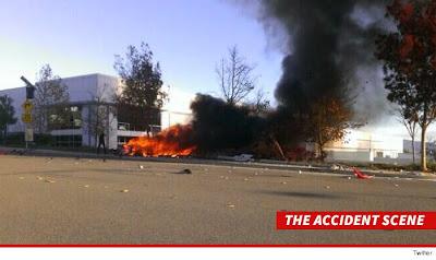 Mobil yang di tumpangi paul terbakar setelah menabrak pohon.