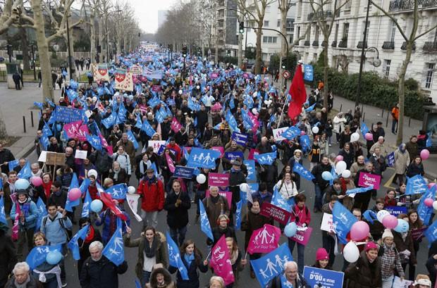 Manifestantes protestaram contra casamento igualitário em Paris, no último domingo (13) (Foto: Benoit Tessier/Reuters)