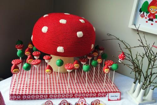 presentoir à cake pop avec des sucettes et un grand champignon tricoté