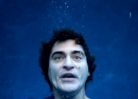 """Joaquin Phoenix """"se afoga"""" e pede compaixão pelos peixes em nova campanha"""